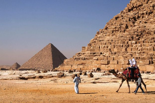 1280px-Camel_and_the_pyramids