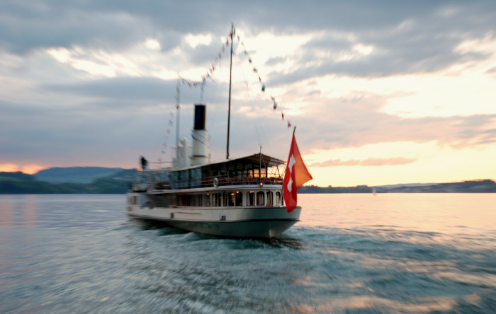 LUZERN - Dampfschiff in mystischer Abendstimmung auf dem Vierwaldstaettersee. Paddlesteamer in mystic evening moods on Lake Lucerne. Copyright by SGV Luzern By-line: swiss-image.ch