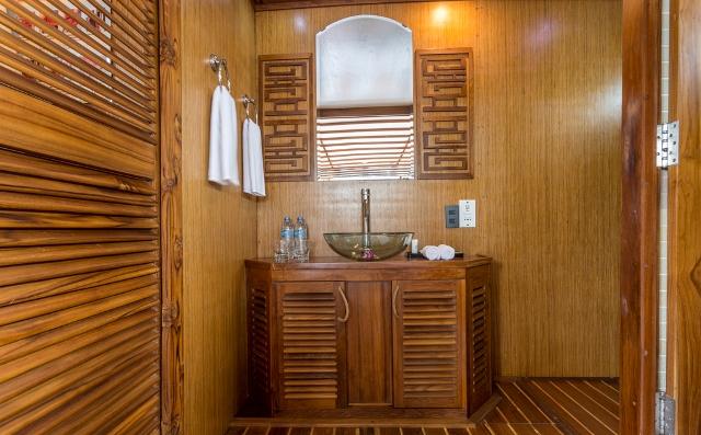 L'Azalée+Cruises_Private+Cruise_Accom_Deluxe_Bathoom+Amenities+(2)