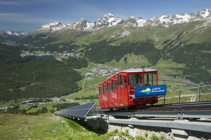 ENGADIN ST. MORITZ - Die Standseilbahn Muottas Muragl, im Hintergrund die Engadiner Seenplatte, der Piz Lagrev (3170m), der Piz Albana (3100m), der Piz Julier (3380m) und der Piz Nair (3056m) (von links nach rechts). The funicular railway on Muottas Muragl, with the Engadin lakes, the Piz Lagrev (3,170m), the Piz Albana (3,100m), the Piz Julier (3,380m) and the Piz Nair (3,056m) in the background (from left to right). La funicolare di Muottas Muragl, sullo sfondo i laghi dell'Engadin, il Piz Lagrev (3170m), il Piz Albana (3100m), il Piz Julier (3380m) e il Piz Nair (3056m) (da sinistra a destra). Copyright by: ENGADIN St. Moritz By-line: swiss-image.ch/Christof Sonderegger