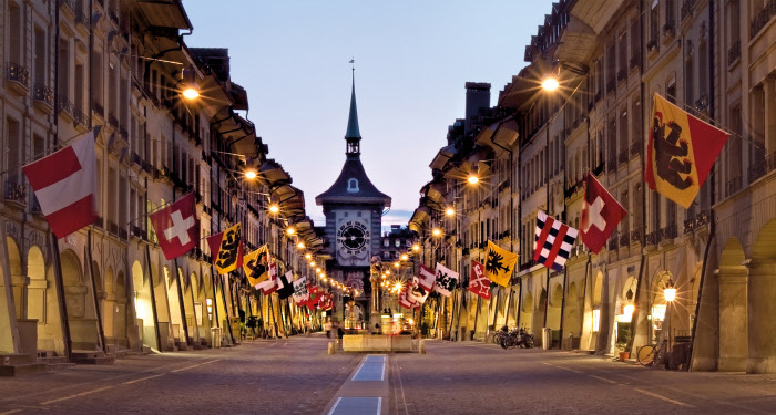 SWISS CITY BERN Schweiz. ganz natuerlich. Kramgasse mit Fahnen und Beleuchtung, Bern. Switzerland. get natural. Kramgasse with flags and lighting, Bern. Suisse. tout naturellement. Kramgasse avec des drapeaux et de l'eclairage, Berne. Copyright by: Switzerland Tourism - By-Line: swiss-image.ch/Jan Geerk