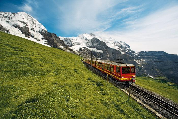 Schweiz. ganz natuerlich. Jungfraubahn: Kleine Scheidegg- Jungfraujoch. Aufnahme oberhalb Kleine Scheidegg. Switzerland. get natural. Jungfrau Railways: Kleine Scheidegg - Jungfraujoch. Photo above Kleine Scheidegg. Suisse. tout naturellement. Chemin de fer de la Jungfrau: Kleine Scheidegg - Jungfraujoch. Photo ci-dessus Kleine Scheidegg. Copyright by: Swiss Travel System/Switzerland Tourism-By-Line: swiss-image.ch / Marcus Gyger